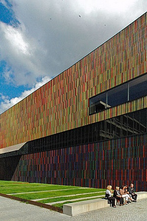 Brandhorst Museum of Modern Arts, Munich, Panorama from South West, 19 September 2010 (photograph by Guido Radig via Wikimedia Commons)